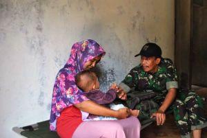 Tim Kesehatan dari Kodim 0415/Batanghari Layani Warga Desa Ladang Peris