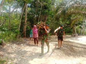 Tempuh Jarak 2 KM, Prada Haris Bantu Orang Tua Asuh Cari Kayu bakar