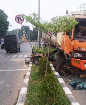 Mobil Tangki Bermuatan CPO Tabrak Lampu Merah Tengah Kota