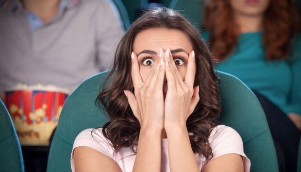 Ilustrasi menonton film horor/seram. Shutterstock