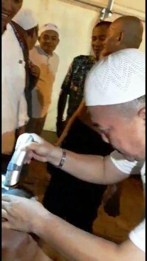 Tahallul, Bupati Merangin Al Haris Jadi Tukung Cukur Jamaah Haji Merangin di Mekkah