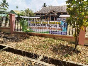 Spanduk Selamat Atas Kembalinya Gedung ke PGRI Dipasang di Depan Kantor KPU Kota Jambi