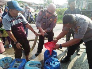 Ringankan Beban Masyarakat, Polres Tanjabbar Bagi-bagi Air ke Warga Kuala Tungkal