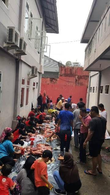 Suasana pembagain daging kurban di Kantor DPD PDIP Jambi