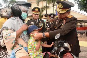 Setelah Jadi Irup HUT RI ke 74, Kapolda Jambi Bagikan Masker di Depan Mapolda