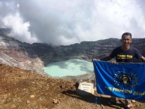 HUT RI ke-74 Tahun, Pataka PWI Provinsi Jambi Berkibar di Puncak Gunung Dempo