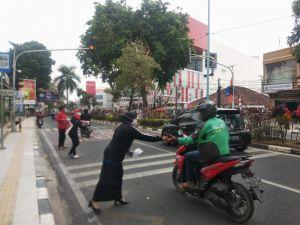 Usai Upacara HUT RI, PDIP Jambi Bagi Bagi Masker ke Pengendara Jalan