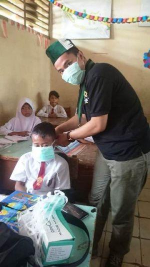 Datangi Sekolah, HMI Cabang Jambi Bagi-Bagi Masker untuk Siswa SD