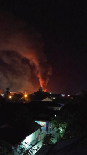 BREAKING NEWS: Tungkal Membara Malam Ini Sijago Merah Ngamuk di Gang Kelinci