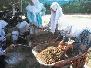 SMP Islam Asy'ariyah Produksi Pupuk Organik Tandan Kosong Kelapa Sawit (POTKKS)