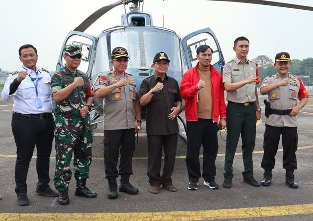 Edi Puwanto (jaket merah) bersama Danrem, Kapolda dan Gubernur di depan helikopter sebelum terbang memantau karhutla