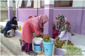Siswa SMP Islam Asy'ariyah Gunakan Alat 'Komposter Emak' Dari Dosen Fakultas Pertanian UNJA
