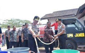 Polda Jambi Bagikan Ribuan Liter Air Bersi ke Warga Tangkit