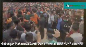 VIDEO: Aksi Ribuan Mahasiswa Jambi Tolak Revisi UU KPK berakhir Ricuh