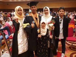 Didampingi Anak dan Istri, drg Iwan Resmi Sandang Gelar Magister Administrasi Rumah Sakit