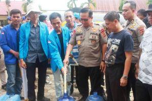 Mahasiswa UIN Bersama Polda Jambi Bagikan Air Bersih di Kumpeh Ulu
