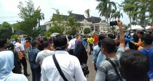 Demo di DPRD Provinsi Jambi Ricuh, Polisi Tembakkan Gas Air Mata