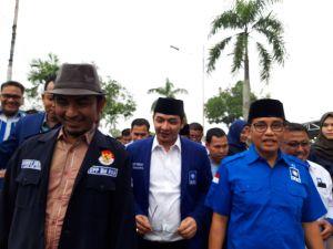 Didampingi Pasha Ungu, H Bakri Berjalan Kaki Daftar ke Demokrat