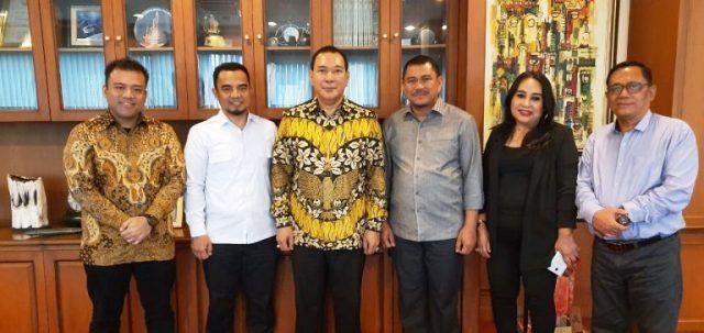 Muklis (dua dari kiri) berfoto dengan Tommy Soeharto