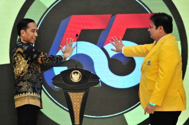 Presiden Jokowi didampingi Ketua Umum Partai Golkar Airlangga Hartarto menekan telapak tangan masing ke simbol HUT ke-55 Partai Golkar, pada Resepsi Peringatan HUT ke-55 Partai Golkar, di Hotel Sultan, Jakarta, Rabu (6/11) malam.