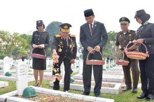 Mengenang Jasa dan Penghormatan, Kapolda Jambi Tabur Bunga di Makam Pahlawan