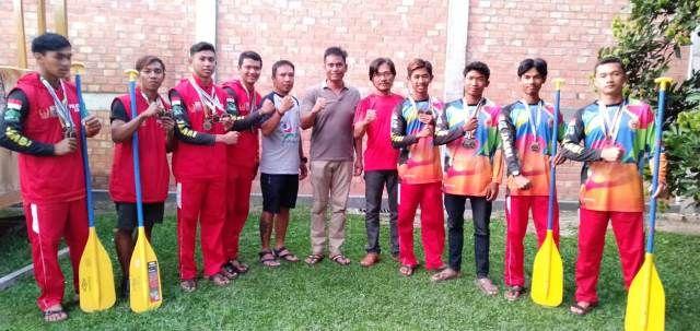 Pengurus FAJI Jambi bersama para atlet arung jeram yang mendapatkan 11 medali di kejuaraan dunia,