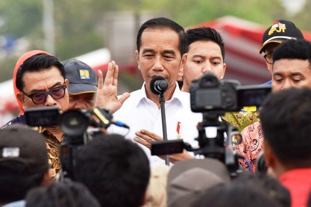 Presiden Jokowi menjawab wartawan usai meresmikan Jalan Tol JORR II ruas Kunciran-Serpong di Gerbang Tol Parigi, Kota Tangerang Selatan, Banten, Jumat (6/12) sore. (Foto: Rahmat/Humas)