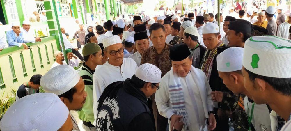 Hadir di Haul Syech Abdul Qodir Jaelani,  Warga Peluk dan Kerumuni Al Haris
