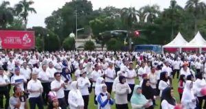 Peringati Hari Ibu, Prajurit Korem 042 Gapu dan Persit Ikut Senam Sajojo Bersama