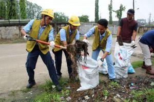 Peduli Lingkungan Masyarakat dan PT LPPPI - Sinarmas Bahu-membahu Bersihkan Sampah dan Selokan