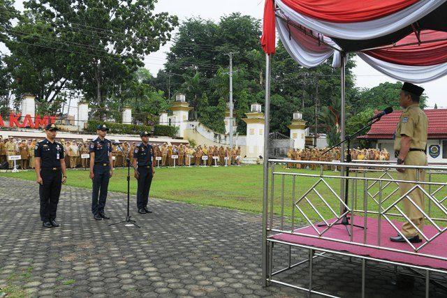 Wakil Bupati Merangin H.Mashuri pimpin upaacara kedisiplinan di halaman Kantor Bupati Merangin,Senin (13/1/2020)