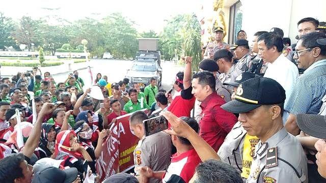 Tiga anggota DPRD Provinsi Jambi Akhirnya menemui para unjuk rasa, Rabu (15/1/2020)/Doc/Jamberita.com