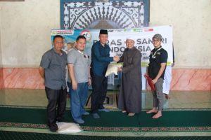 Sekda Tanjabbar Agus Sanusi Serahkan Donasi Peduli Madrasah