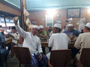 Usai Subuh Berjamaah, Al Haris Sarapan dan Bercengkrama dengan Warga  di Warung H Mail Kualatungkal