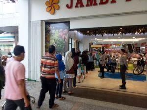 Personil Polda Jambi Cek Penegakan SOP Pencegahan Covid-19 di Beberapa Pusat Perbelanjaan