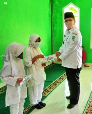 Wawako Maulana Serahkan Santunan Kepada Siswa RA-SD-SMP-SMA Insan Madani
