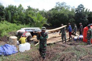 Bersama Warga, Anggota Satgas Droping Material Untuk Bedah Rumah TMMD