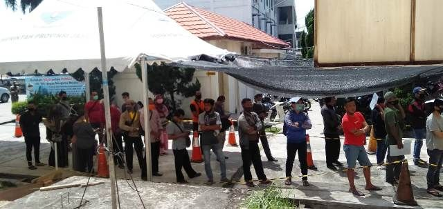 Antrian panjang di hari terakhir pemutihan pajak di Kantor Samsat Kota Jambi