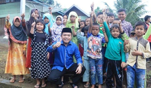 Bupati Merangin H Al Haris bersama anak-anak di desa terpencil Koto Rawang Kecamatan Jangkat