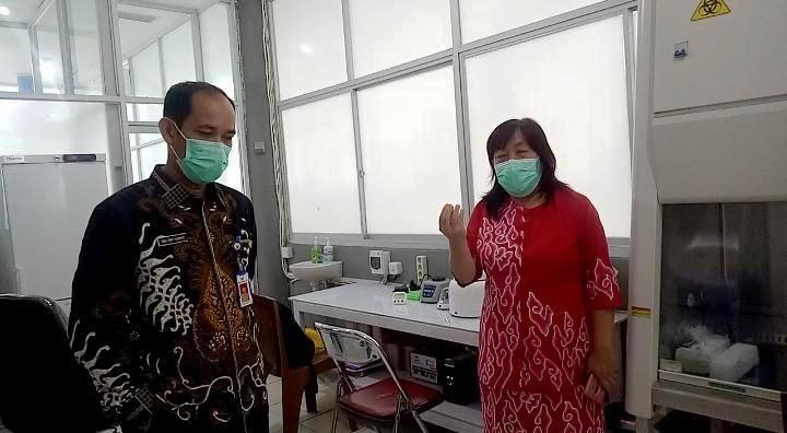 Direktur RSUD Raden Mattaher dr Fery Kusnadi SpOg (kiri), Penanggung Jawab Lab PCR RSUD Doktor dr Sotia Ningsih Sp PK (kanan).