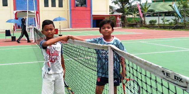Peserta turnamen dari kelompok umur setelah bertanding, di lapangan Tenis di kawasan Kota Baru,  Jum'at (28/8/2020)
