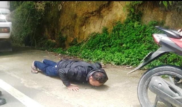 salah satu warga yang disanksi push up