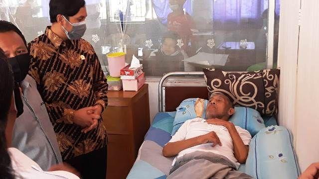 Ketua DPRD Provinsi Jambi Edi Purwanto saat membesuk Asad Syam beberapa waktu lalu.