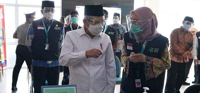 Wapres melakukan peninjauan simulasi vaksinasi COVID-19 di Puskesmas Cikarang, Kabupaten Bekasi, Jawa Barat, Kamis (19/11). (Foto: KIP Setwapres)
