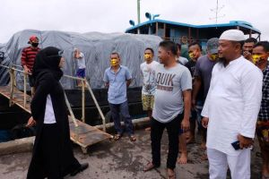 Kapten Kapal Ini Mendadak Putar Arah Lihat Ratu di Dermaga: Kami Mau Ketemu Ibu