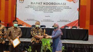 Wakili KPU Tebo, Sri Asteti Terima Penghargaan JDIH Terbaik Oleh KPU RI