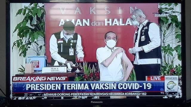 Presiden Jokowi menerima suntikan dosis pertama vaksina COVID-19