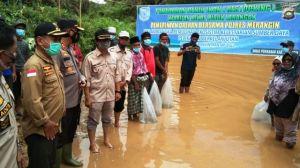 Wabup dan Kapolres Merangin Tabur Benih Ikan Di Lubuk Larangan Desa Nalo Baru