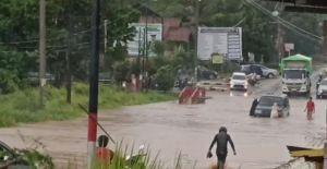 Jalan Depan UIN Mendalo Jambi Macet Karena Terendam Banjir