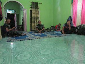 Inilah Penampakan Satgas TMMD saat Istirahat di Rumah Orang Tua Asuh